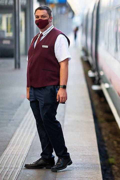 Ein Zugbegleiter steht in der neuen Be...Stuttgart in das Ostseebad Binz fährt.  | Foto: Sebastian Gollnow (dpa)