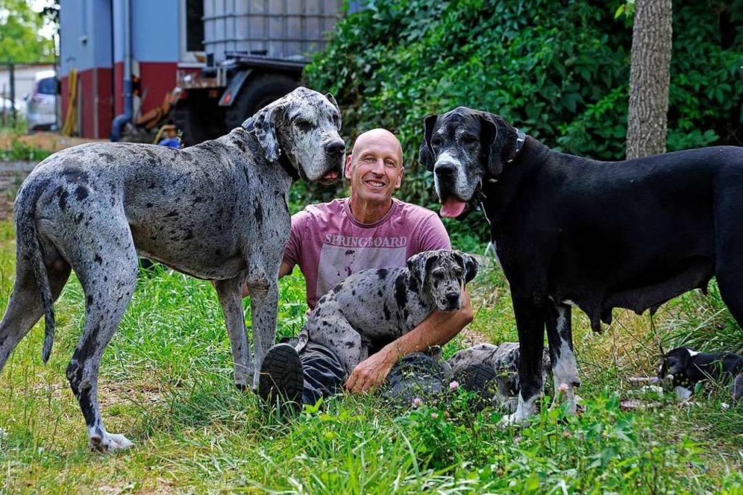 Volker Maier mit Ares und Leni, sowie einem Welpen    Foto: Bettina Schaller