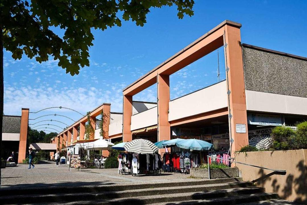 Das Einkaufszentrum in Landwasser wird...issen und durch einen Neubau ersetzt.   | Foto: Thomas Kunz