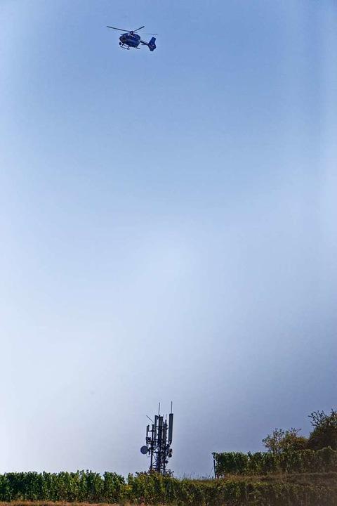 Am Freitagvormittag kreiste der Hubsch...eise auf den Vermissten gegeben hatte.  | Foto: Martin Wendel