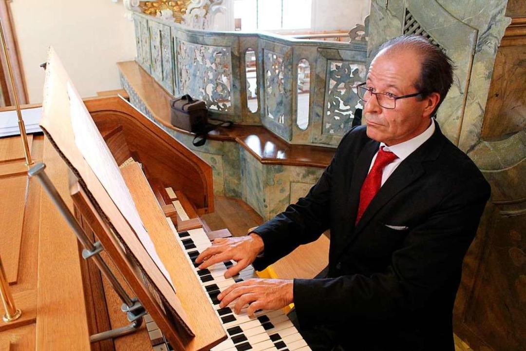 Johannes Götz während des Konzerts an ...orgel auf der Empore der Barockkirche.  | Foto: Erich Krieger