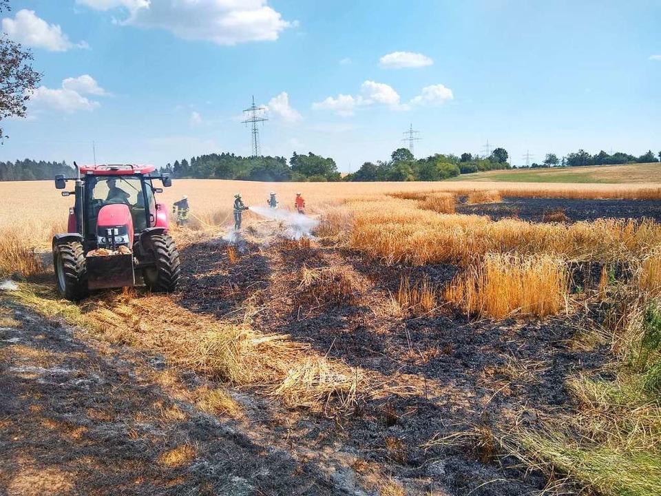 Die Feuerwehren aus Bonndorf und Wutac...adratmeter des Feldes brannten nieder.    Foto: Olaf Thor