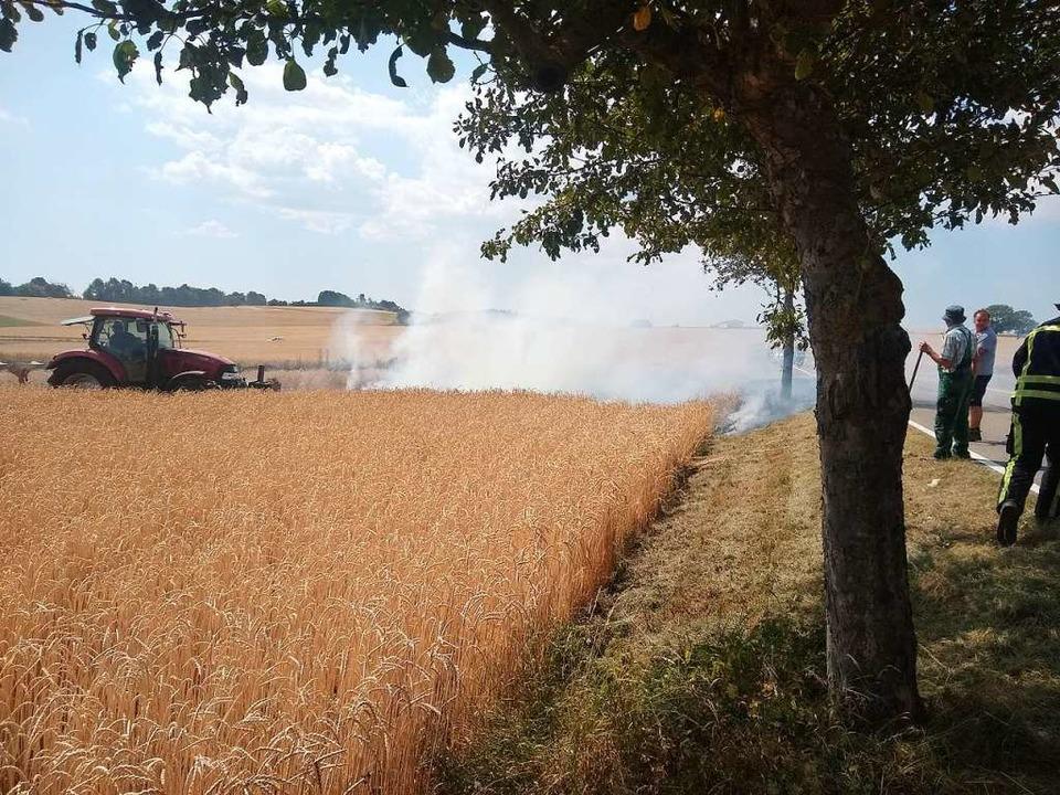 Ein Landwirt reagierte schnell und pfl...s Ausbreiten des Feuers zu verhindern.    Foto: Olaf Thor