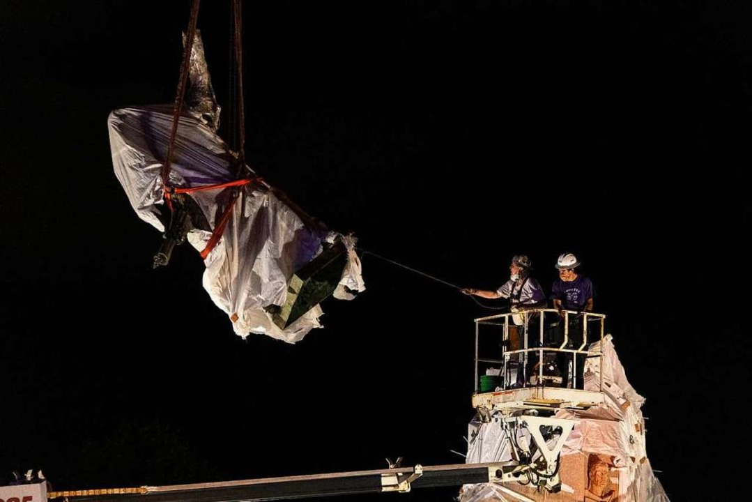 Vom Sockel geholt: In Chicago wurde vo...nkmal für Christoph Kolumbus entfernt.  | Foto: Tyler Lariviere, Sun-Times (dpa)