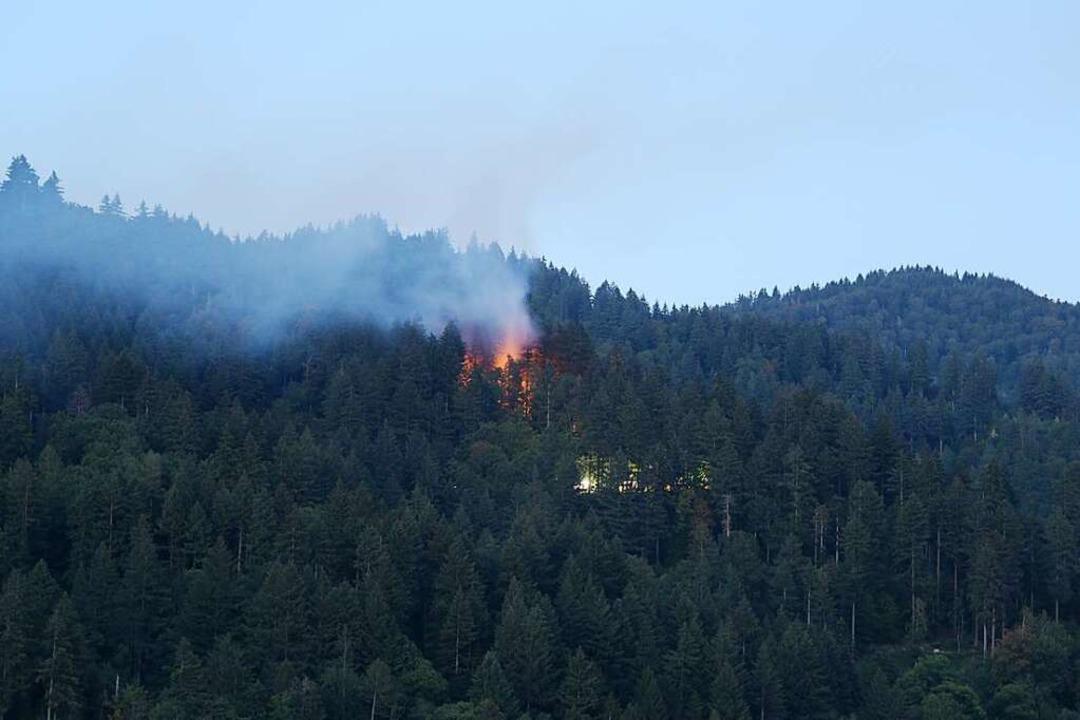 Das Feuer brach im Gebiet Eselbacken u... Lichter der Einsatzwagen zu erkennen.  | Foto: Vincenz Biebow
