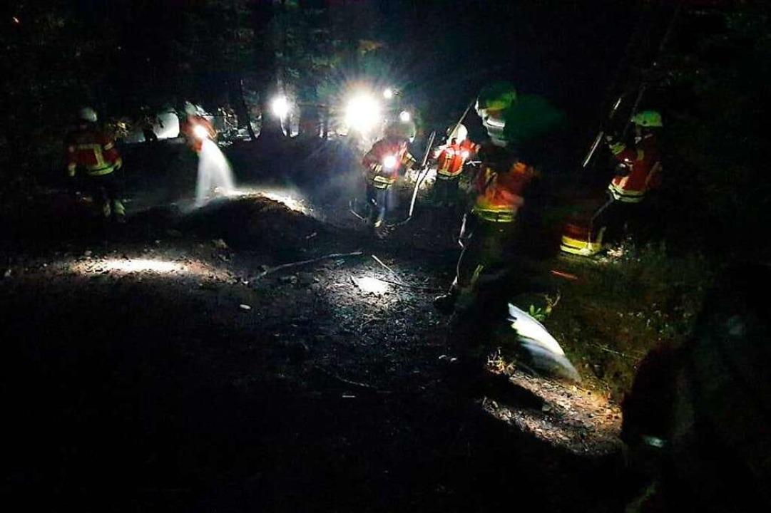 Kräfte der Feuerwehr im Einsatz an der Brandstelle.  | Foto: Privat