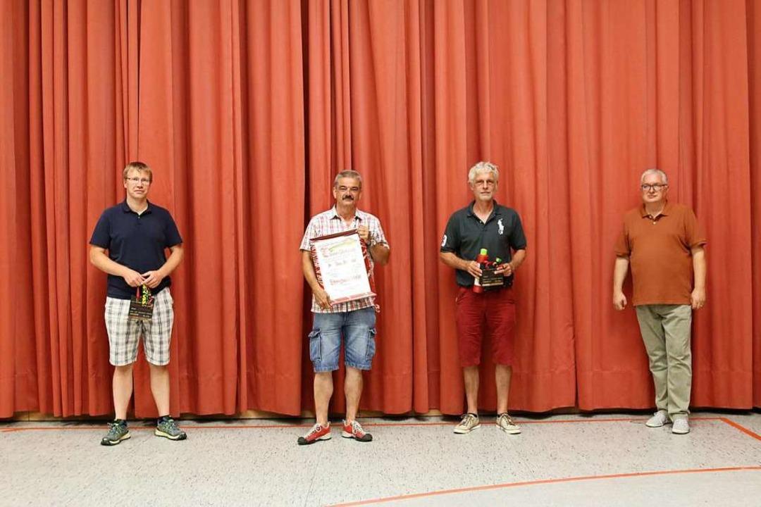Obergildenmeister Jörg Roßkopf  verabs...eld und Thorsten Schützek (von rechts)  | Foto: Katharina Bartsch