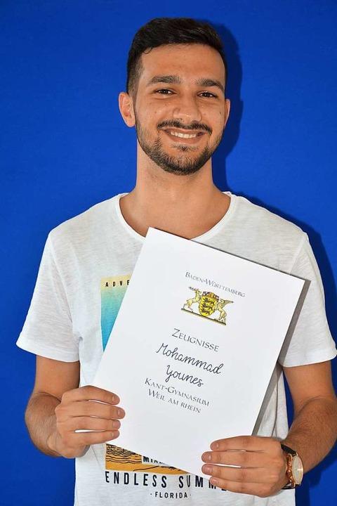 Mohammad Younes mit seinem Abiturszeugnis  | Foto: Hannes Lauber