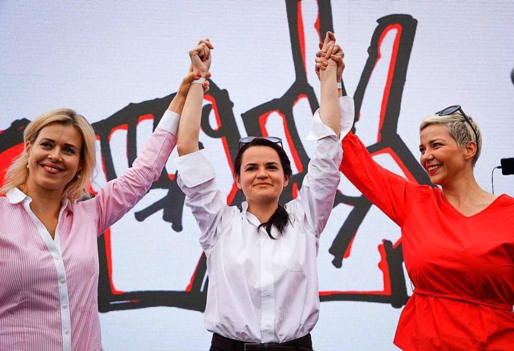 Maria Kolesnikowa (r.),  Kandidatin Sw...anowskaja (Mitte) und Veronika Zepkalo  | Foto: Sergei Grits (dpa)