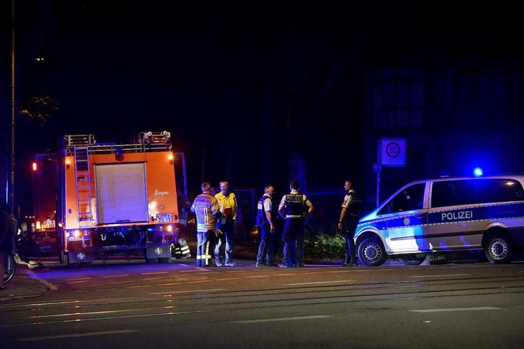 Feuerwehr und Polizei in Einsatzbereit...t parkten am Abend Tanklöschfahrzeuge.  | Foto: Thomas Kunz
