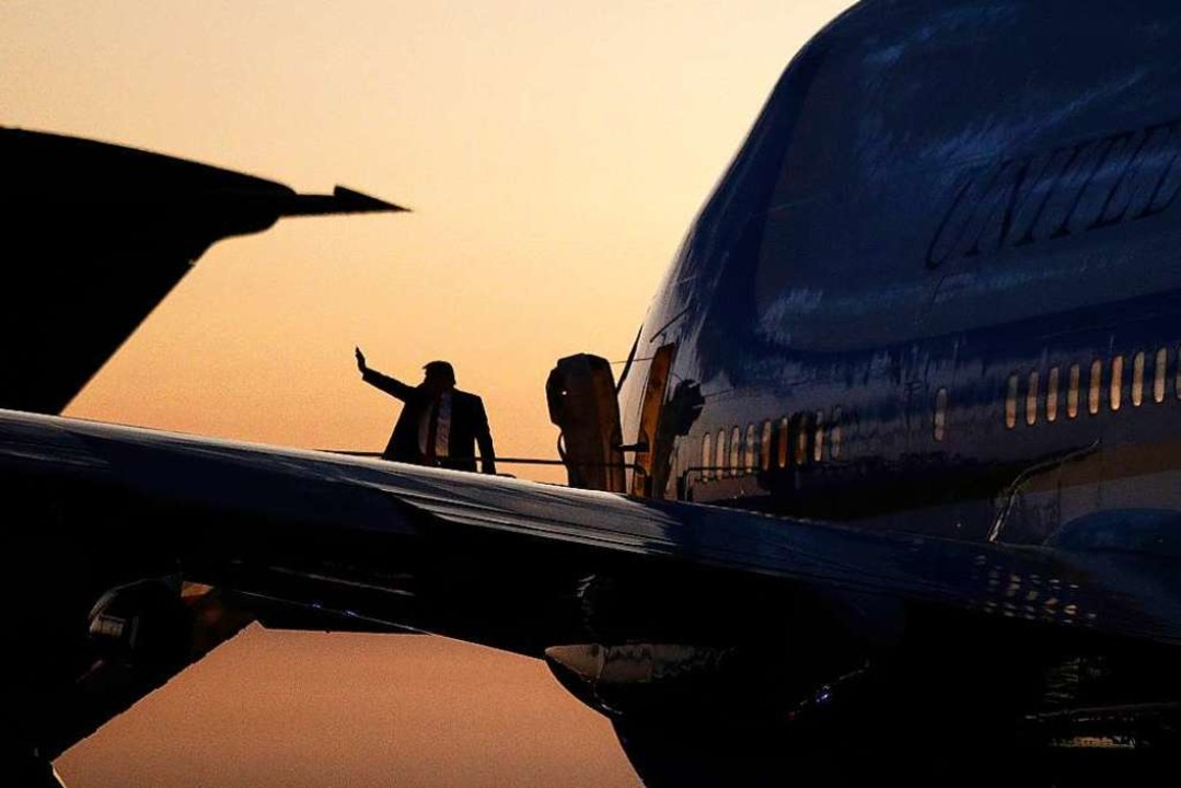 """Was TikTok betrifft, so verbann...n seinem Dienstflugzeug Air Force One.  | Foto: Patrick Semansky (dpa)"