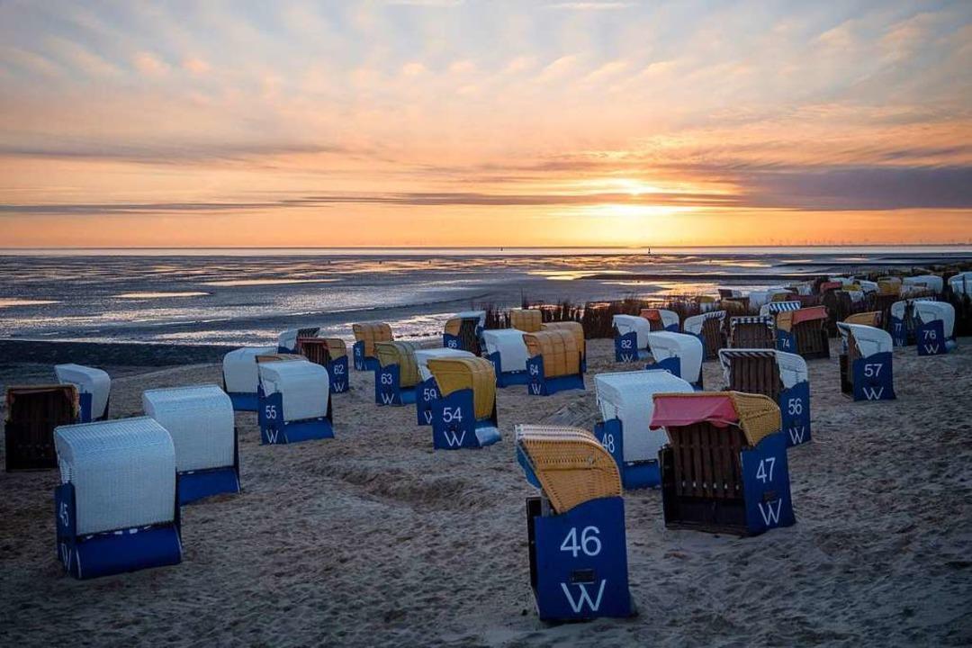 Wer kann, fährt vielleicht an die deut...8211; wie hier am Strand von Cuxhafen.  | Foto: Sina Schuldt (dpa)