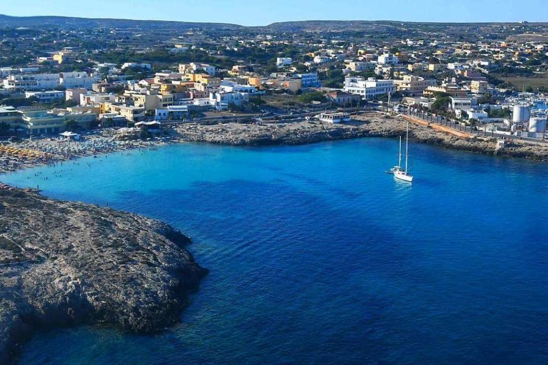 Tiefblau leuchtet das Meer vor Lampedusa.  | Foto: ALBERTO PIZZOLI (AFP)