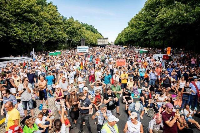 Polizei bricht Demo gegen Corona-Auflagen in Berlin ab