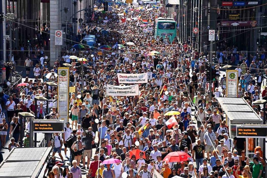 Etwa 17.000 Menschen sollen an der Demonstration  teilgenommen haben.  | Foto: JOHN MACDOUGALL (AFP)