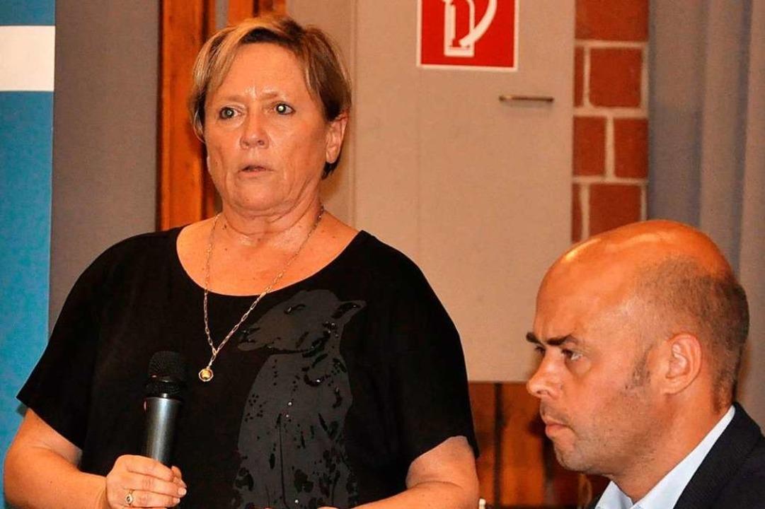 Kultusministerin Susanne Eisenmann war... ihr: Bürgermeister Carsten Vogelpohl.  | Foto: Jutta Schütz