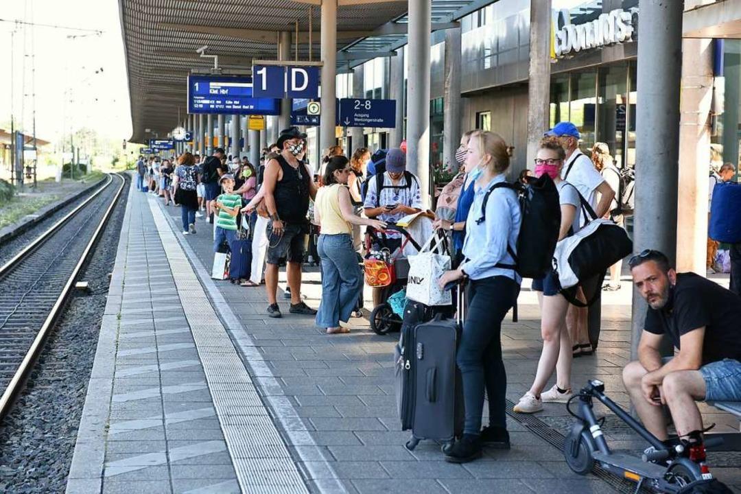 Pack' die Badehose ein: Urlaubsreisende am Freiburger Hauptbahnhof  | Foto: Rita Eggstein