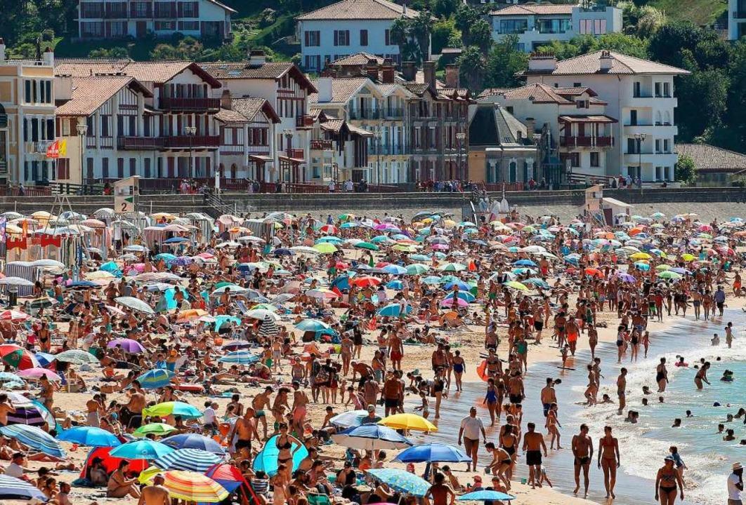 Der Strand in Saint-Jean-de-Luz an der...020: Baden wie in der Zeit vor Corona.  | Foto: Bob Edme (dpa)
