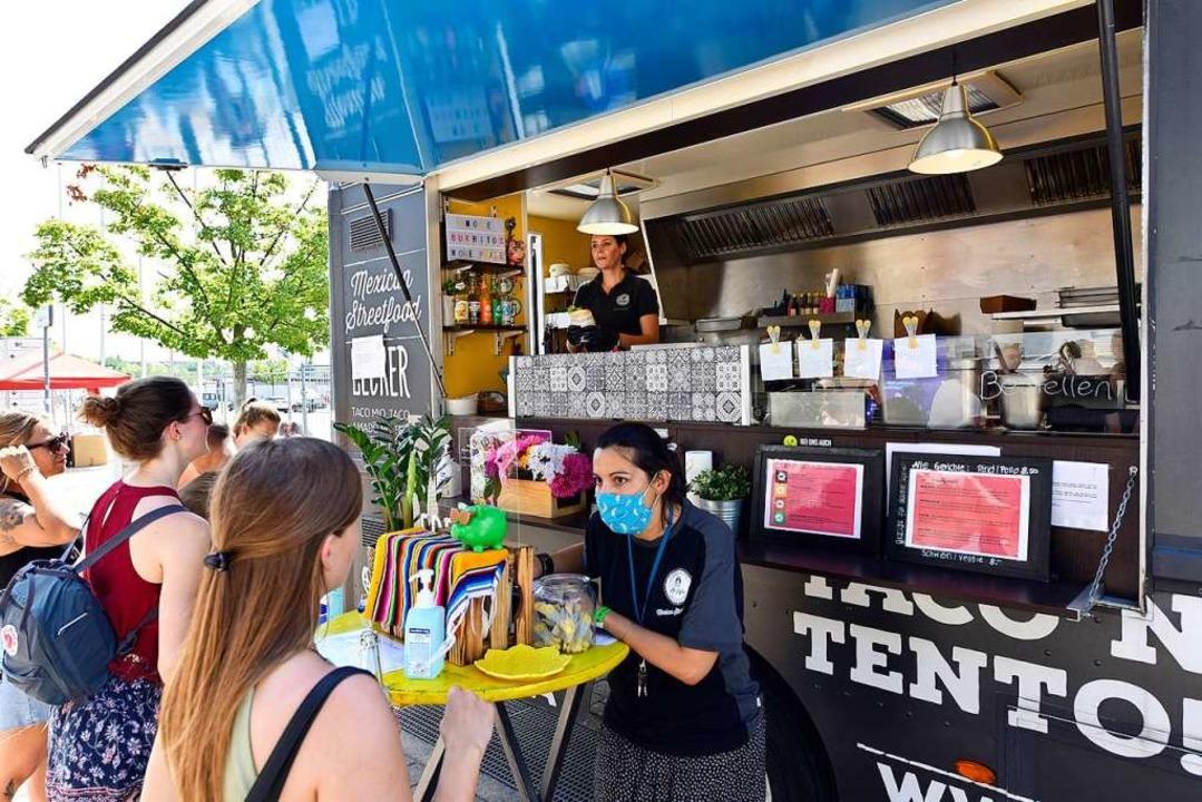 Genießen mit Abstand: Der Wagen von &#...treet-Food-Market auf dem Messegelände  | Foto: Thomas Kunz