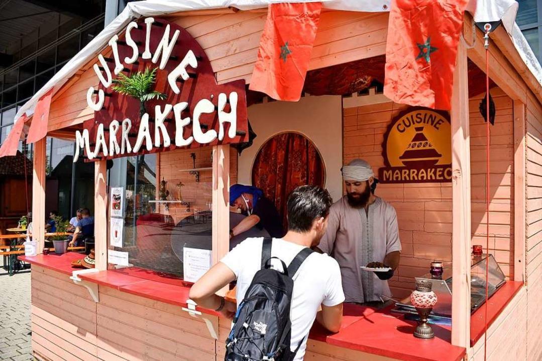 Die Neulinge: Oussama Kabaj bietet mit...er Kumpel marokkanische Spezialitäten.  | Foto: Thomas Kunz