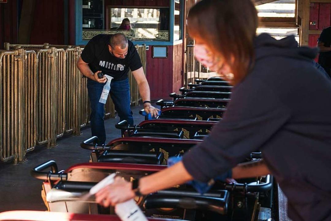 Kaum sind die Fahrgäste  aus ihren Sit..., desinfizieren Sitze und Haltegriffe.  | Foto: Miroslav Dakov