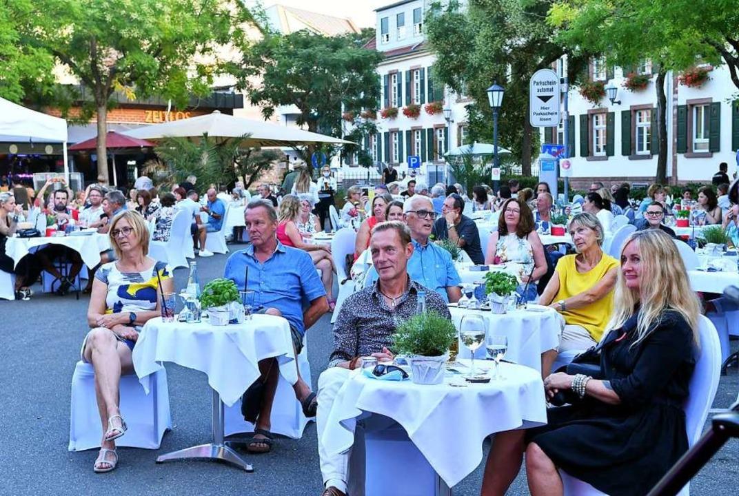 Der Rossplatz verwandelte sich für die...ht am Samstag zum Open-Air-Restaurant.    Foto: Wolfgang Künstle