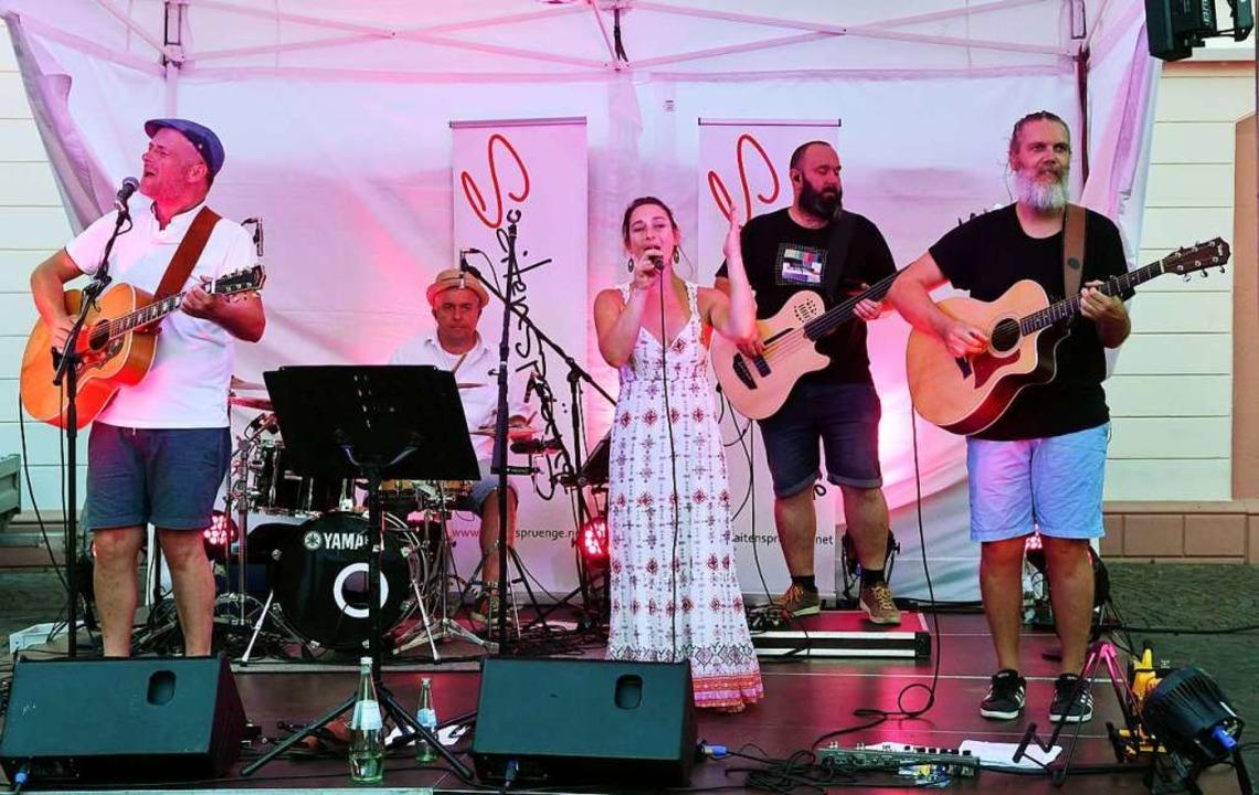 Die Band Saitensprünge spielte Covers aus verschiedenen Musikgenres.    Foto: Wolfgang Künstle