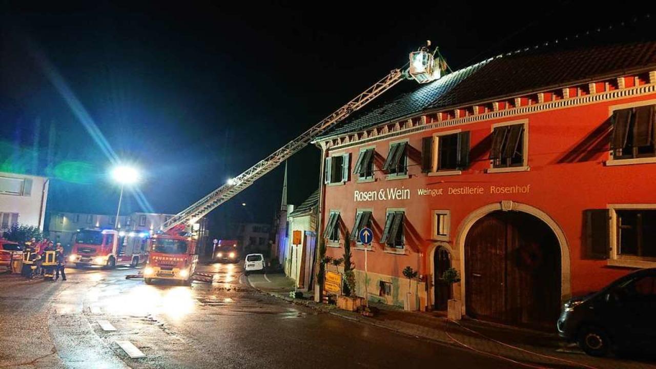 Großeinsatz in Bahlingen: Ein Blitz sc... den Schornstein eines  Gebäudes ein.     Foto: Feuerwehr