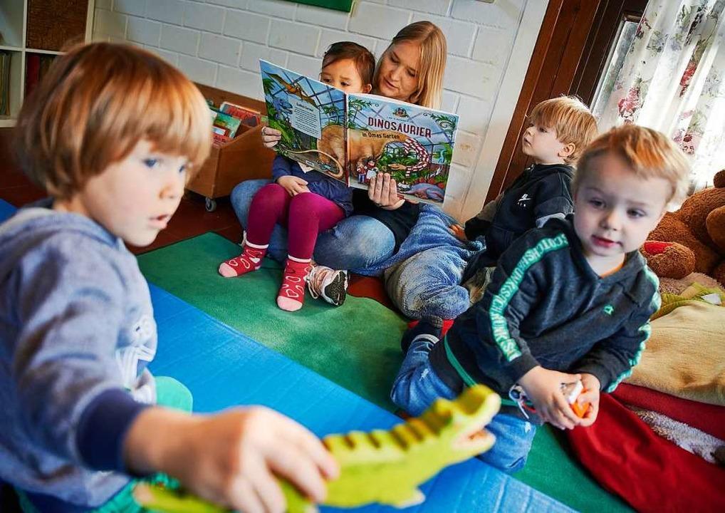 Kinderpflegerinnen malen, spielen oder...t Kindern oder betreuen  Hausaufgaben.  | Foto: Bernd Thissen (dpa)
