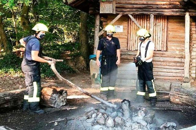 Emmendinger Wehr löscht Lagerfeuer im Wald
