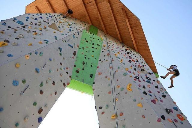 Kindern schnuppern Höhenluft auf dem Lahrer Kletterturm