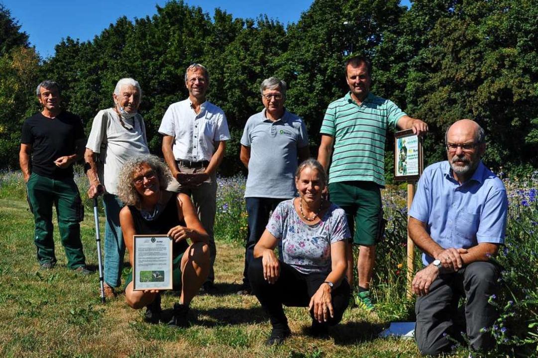 Reiner Geiger, Ruth Noack, Markus Hurt...links) sind stolz auf die Bienenweide.  | Foto: Nicolai Kapitz