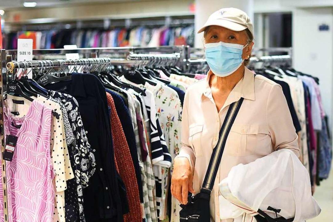 Mundschutzmasken sind auch im Ortenaukreis zwingend.   | Foto: Victoria Jones (dpa)