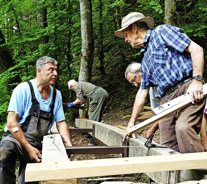 Der Bautrupp des Schwarzwaldvereins Bo...serfall, wo die Brücke erneuert wurde.  | Foto: Martin Schwenninger