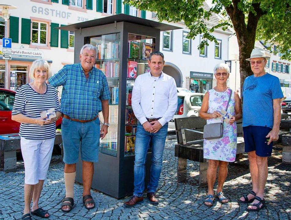 Birgit und Henning Uhlich, Bürgermeist...nd stolz auf fünf Jahre Bücherschrank.    Foto: Paul Eischet