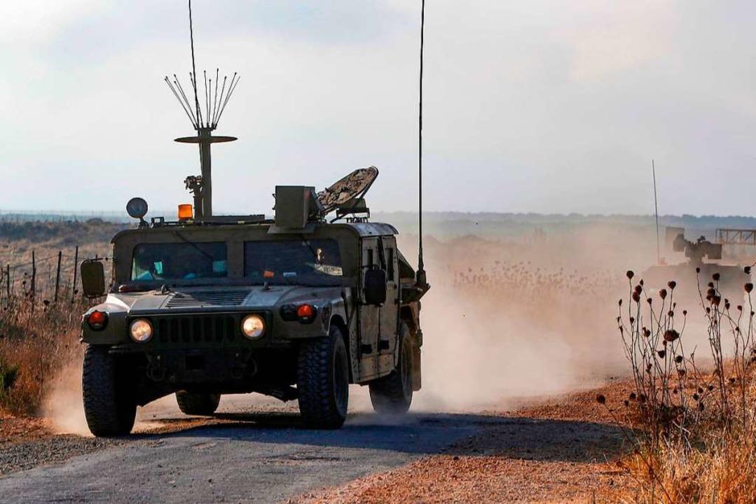 Ein israelisches Militärfahrzeug patrouilliert auf den Golanhöhen.  | Foto: JALAA MAREY (AFP)