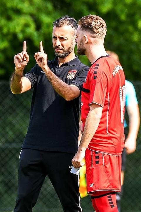 Trainer mit hoher Glaubwürdigkeit und ... (links, mit Angreifer Patrik Kierzek)  | Foto: Gerd Gruendl