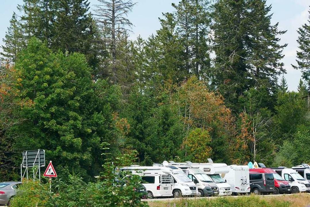Beim Parkplatz am Windgfällweiher drängen sich die Wohnmobile.    Foto: Eva Korinth