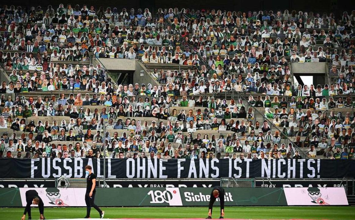 Die Papp-Fans sollen wieder durch Mens...setzt werden. Aber wie kann das gehen?  | Foto: Federico Gambarini (dpa)