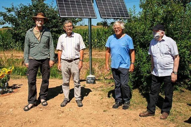 Solarbetriebene Pumpe soll Brunnengraben bei Mengen wiederbeleben