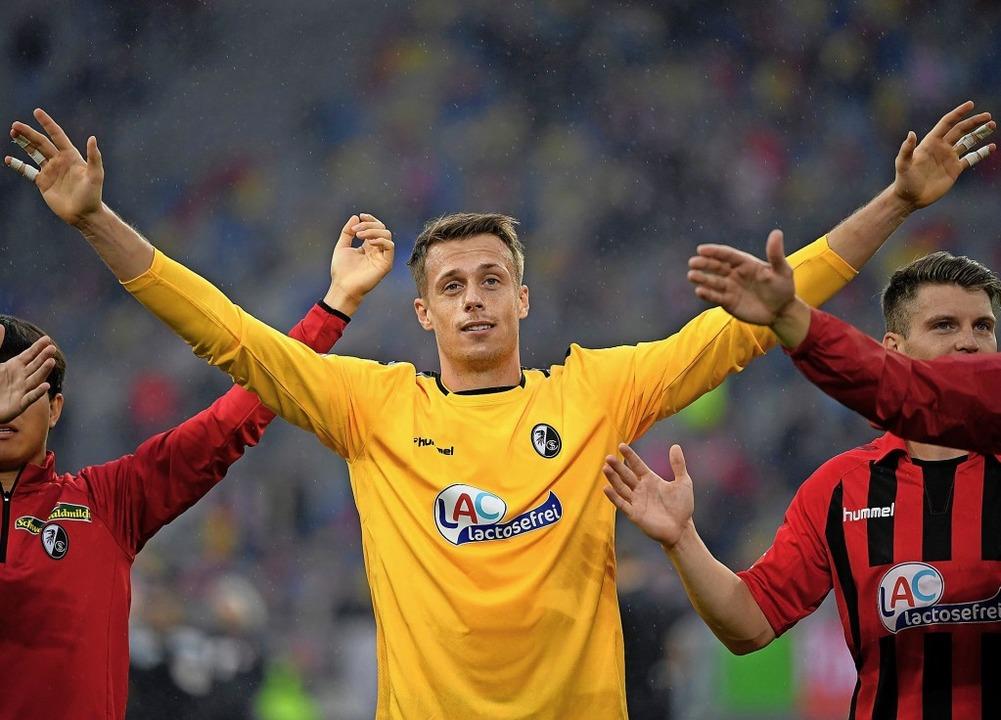 Verlässt den SC Freiburg und wird von ...empfangen: Torhüter Alexander Schwolow  | Foto: INA FASSBENDER (AFP)