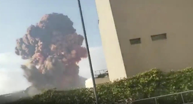 Die Detonationen ereigneten sich in der Gegend des Hafens.  | Foto: Karim Sokhn, Twitter (dpa)