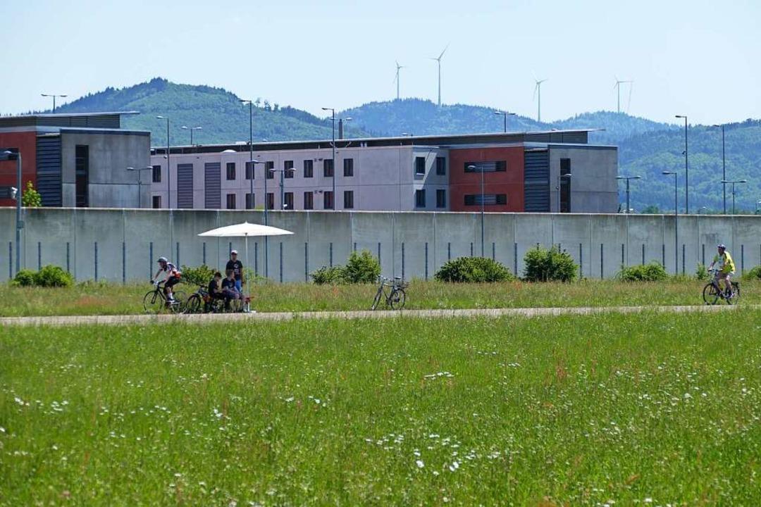 Das Offenburger Gefängnis vom Flugplatz aus gesehen.  | Foto: Ralf Burgmaier
