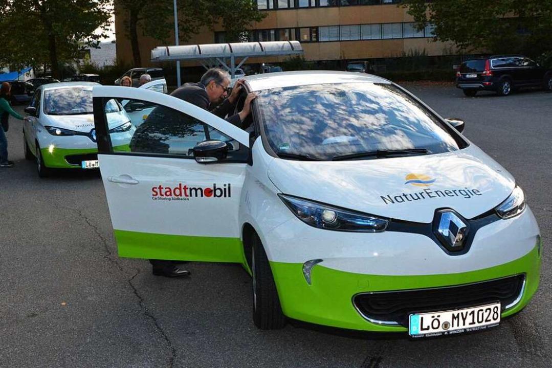 Zwei Car-Sharing-Autos bei einer Vorfü...auf dem Parkplatz des St. Josefshauses    Foto: Heinz u. Monika Vollmar