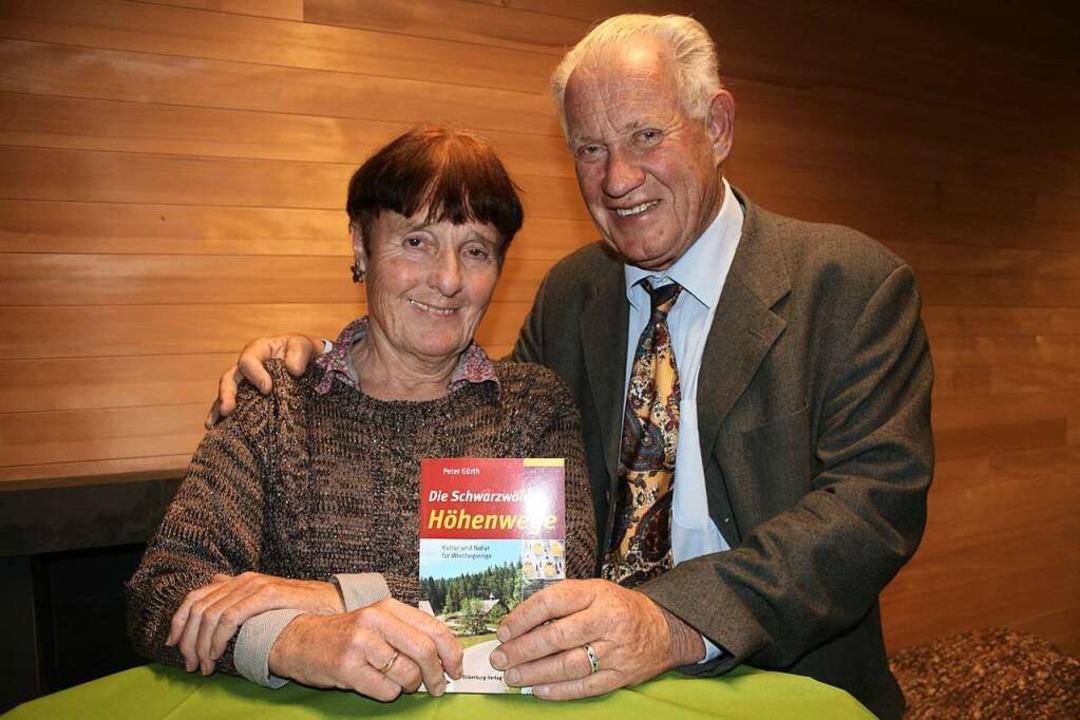 Peter Gürth und  Frau Christine bei der Vorstellung ihres neuen Wanderführers.   | Foto: Michael Saurer