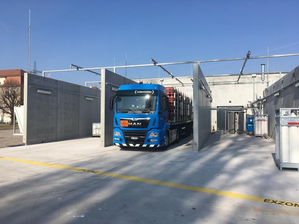 Ein Lastwagen wird betankt.    Foto: Energiedienst