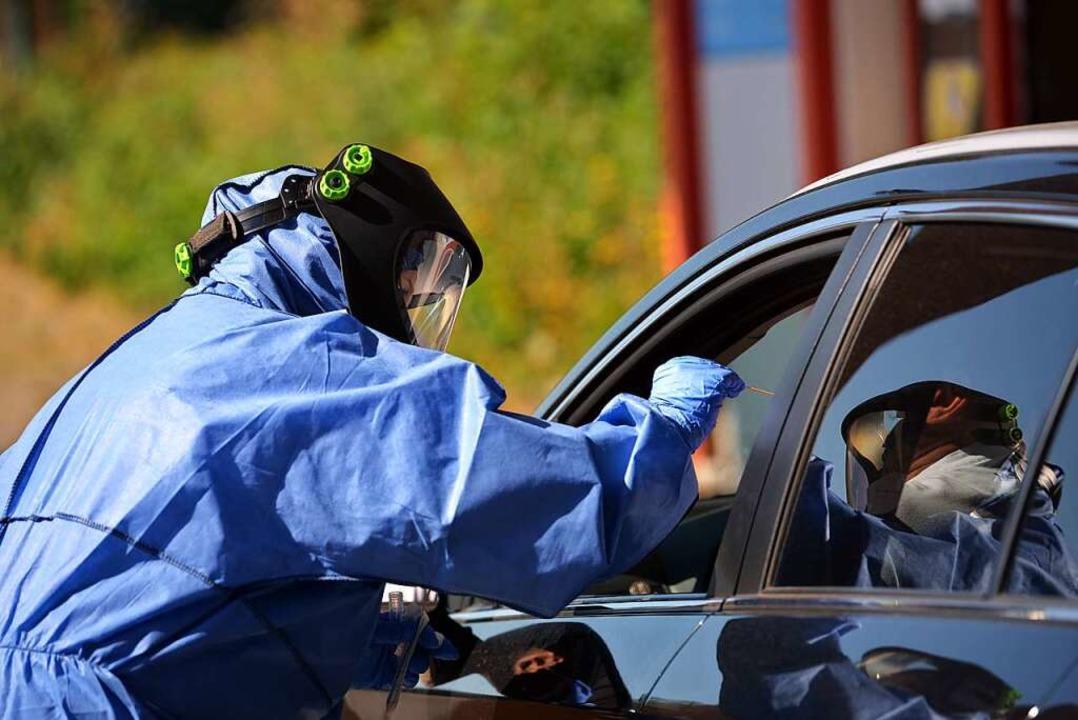 Urlaubsrückkehrer werden bei Bitburg i...z auf die Corona-Infektion  getestet.     Foto: Harald Tittel (dpa)
