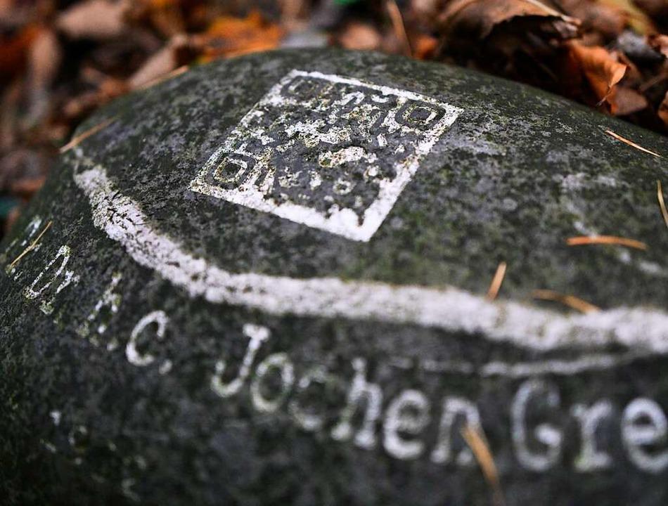 Immer öfter werden  QR-Codes auf Grabsteinen eingearbeitet.  | Foto: Henning Kaiser