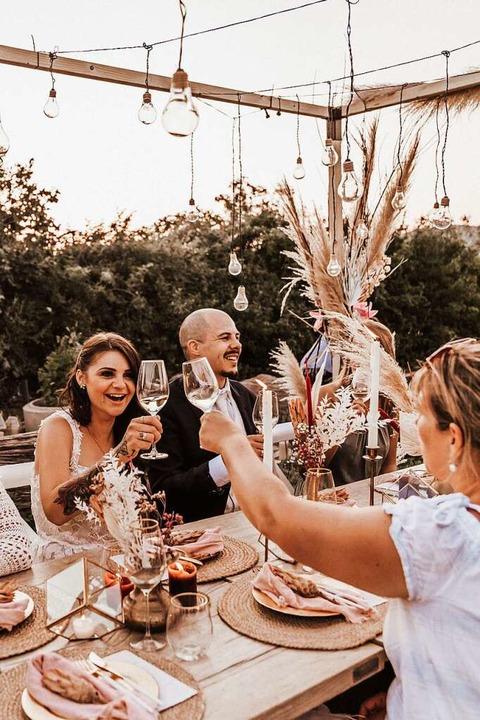 Ein Hoch auf das Brautpaar: Anstoßen u... zaubert der  dekorative Weddingframe.  | Foto: Fotorock.de