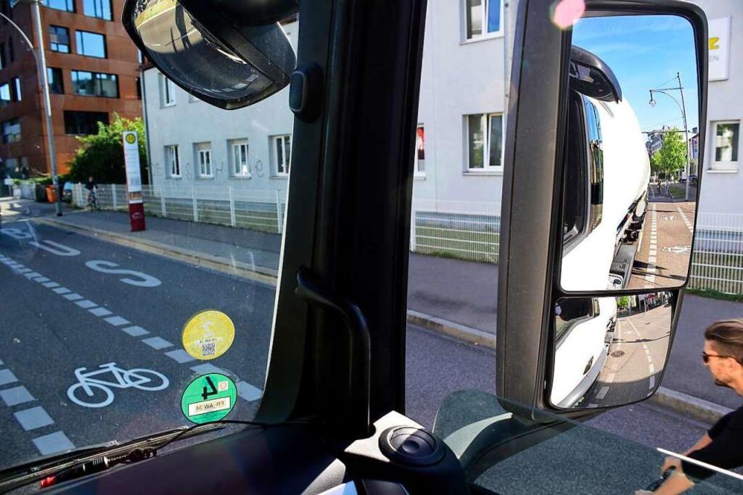 Die Seiten-Spiegel helfen den Lkw-Fahr... kompletten Überblick geben sie nicht.    Foto: Thomas Kunz
